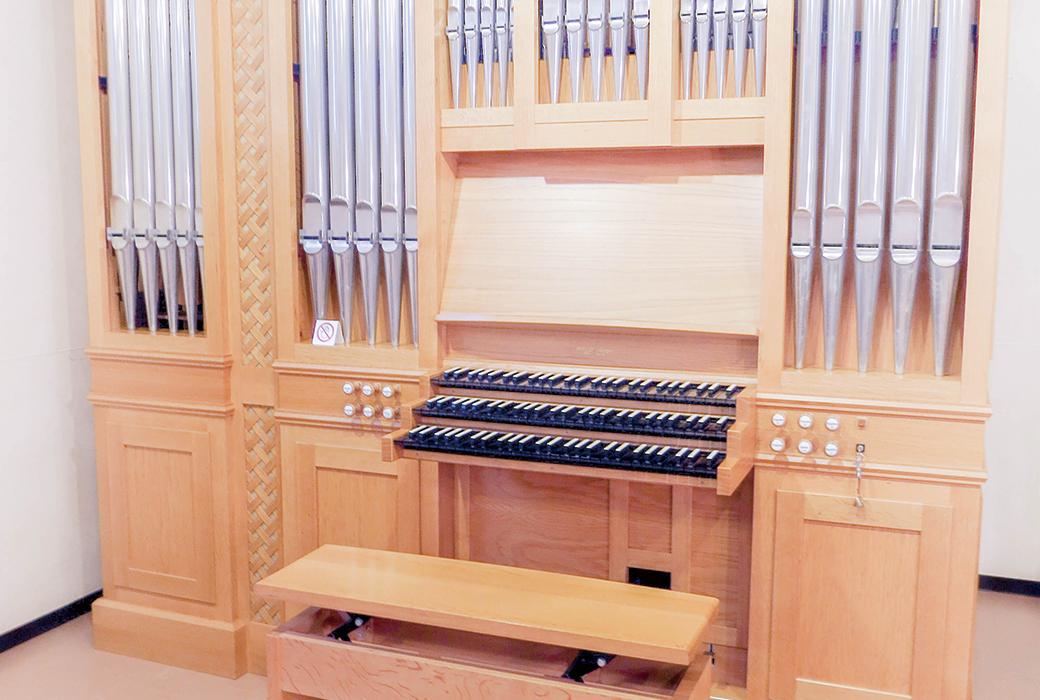 本格的なパイプオルガンを弾くことができます